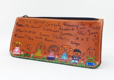 Estuche-regalo-profesora-dibujo-niños-firmas_800x591