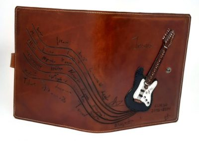 Funda-agenda-carpeta-guitarra-rock-regalo-profesor-vista-general-guitarra-firmas_800x544